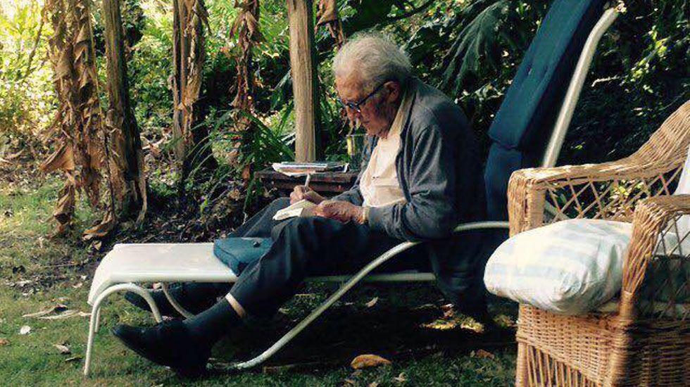 Gustavo Bueno en su jardín de Niembro en una foto tomada por su nieto.Gustavo Bueno en su jardín de Niembro en una foto tomada por su nieto