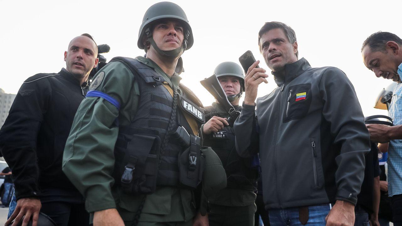 Leopoldo López, el 30 de abril del 2019, acompañado de militares tras ser liberado de su arresto domiciliario