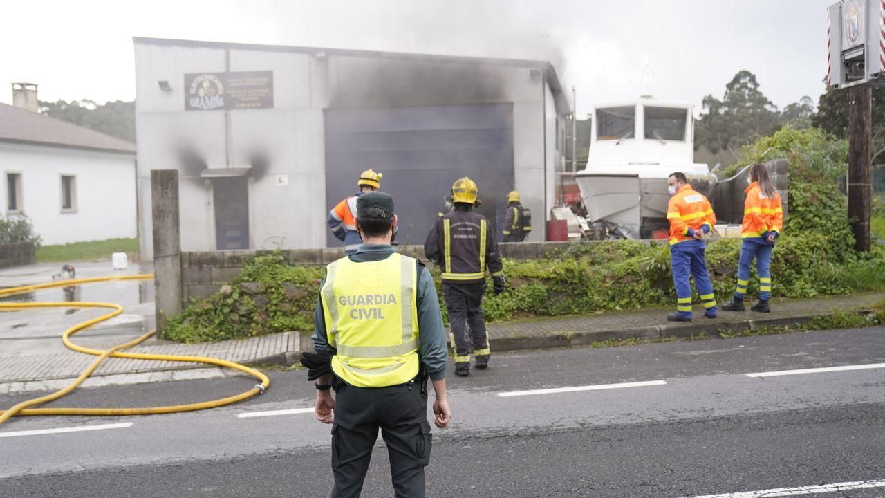 Un incendio destruyó el interior de un taller mecánico en A Pobra.Los hermanos María Jesús y José Insua, con Carmen Arnoso