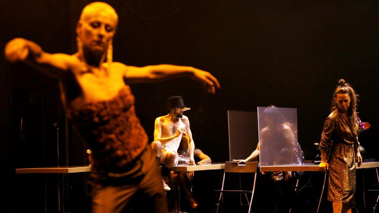 La princesa y su hermana participan con los reyes en las audiencias en Oviedo.La actriz Hélga Méndez se convierte en la ciudad de Ferrol en la performance «A cidade está presente»
