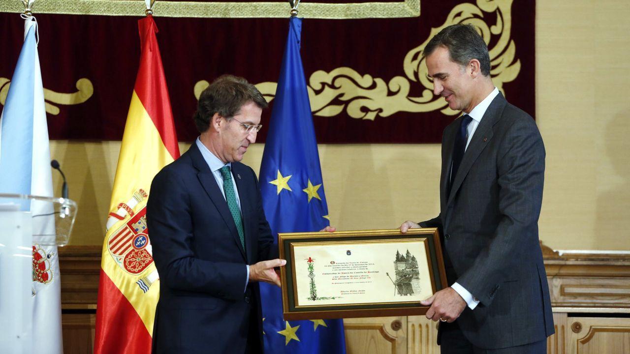 Feijoo entrega al rey el título de embajador de honra del Camino de Santiago, en octubre del 2010