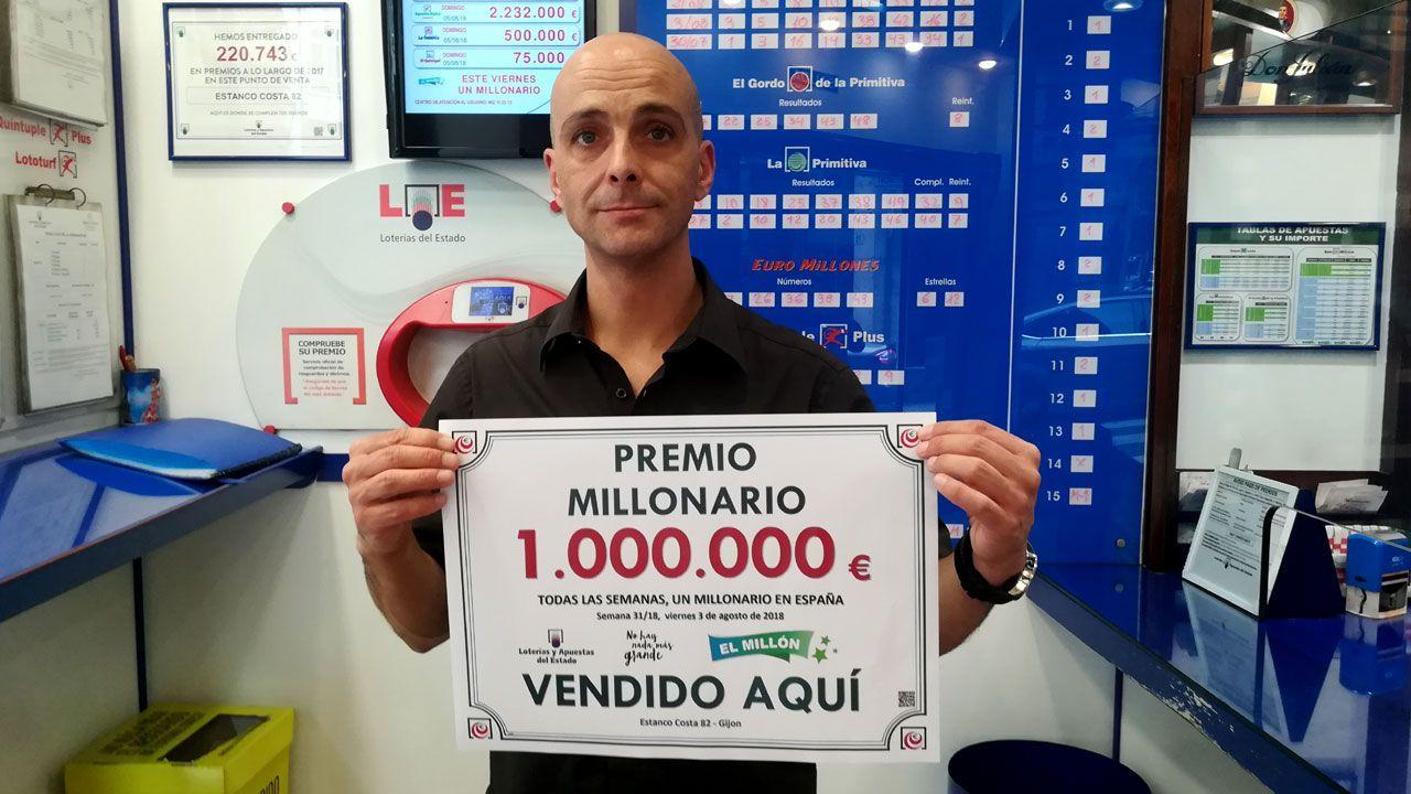 Miguel González Tuero, con el anuncio de 'El Millón' vendido en su despacho