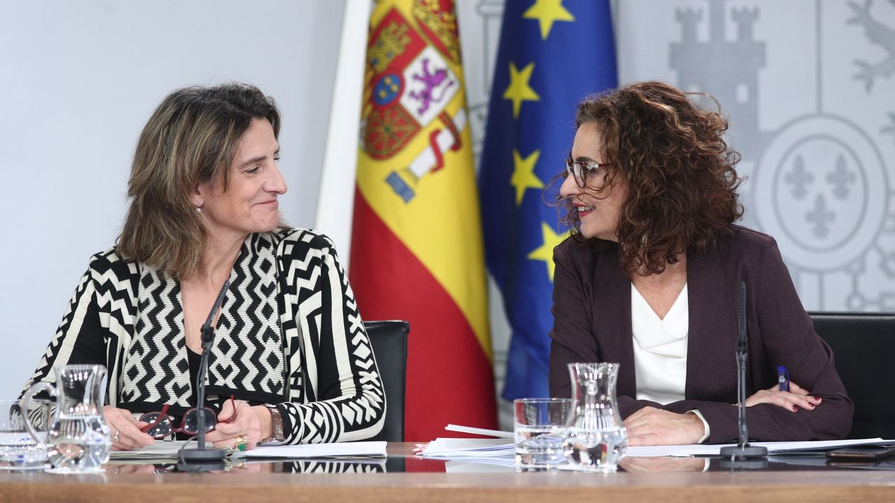 La vicepresidenta de Transición Ecológica y la ministra de Hacienda durante la rueda de prensa tras el Consejo de Ministros de este sábado
