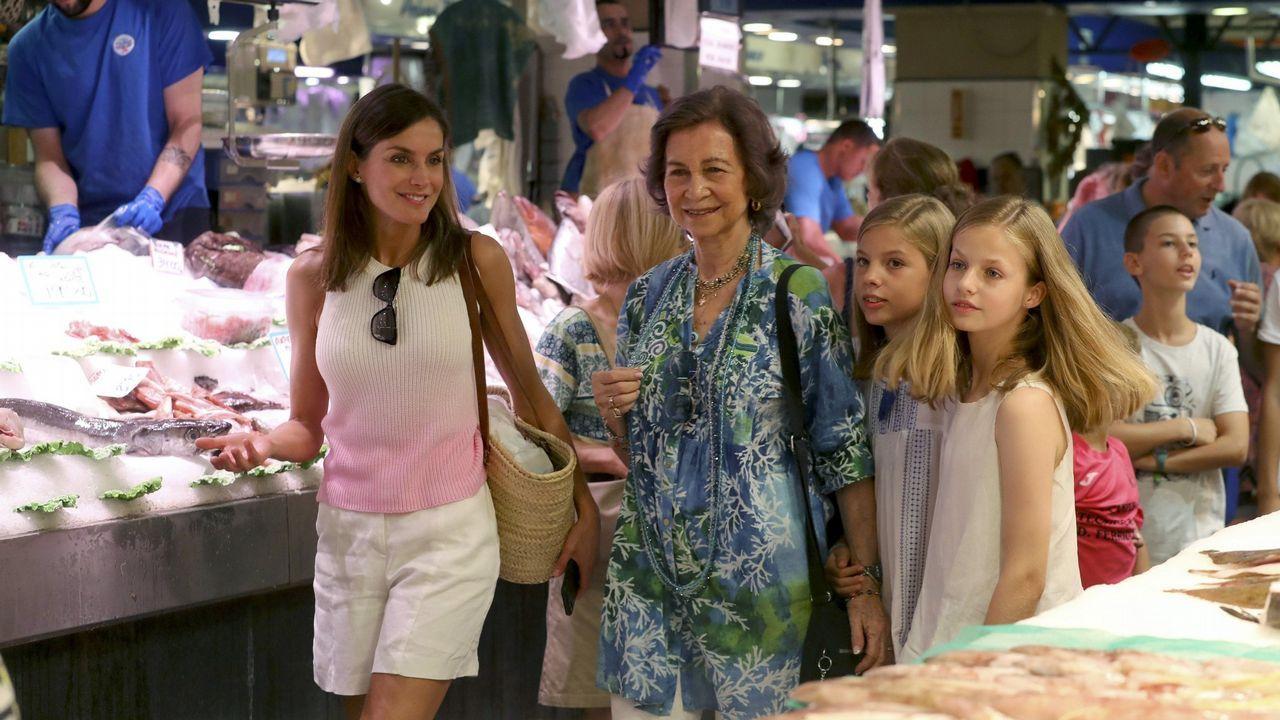 La infanta Sofía, junto a su madre, su hermana y su abuela en el Mercado del Olivar de Palma, el agosto del 2018