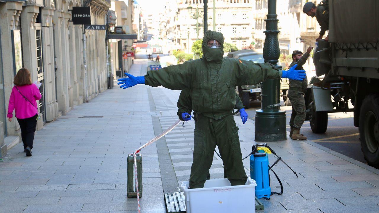 Uno de los militares procede a desinfectarse