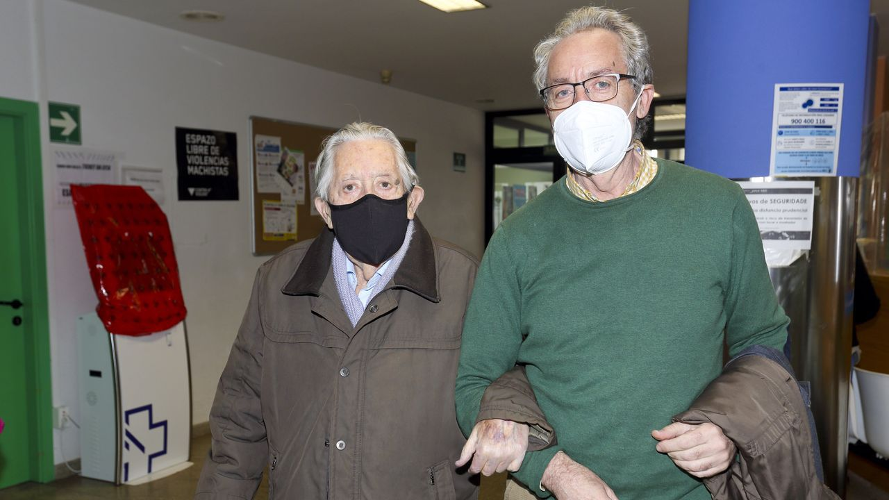 Alejandro Puga, con su hijo Carlos Puga. Tiene 101 años y recibió ayer la segunda dosis de la Pfizer