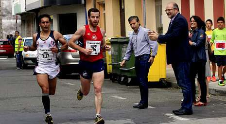 El alcalde vimiancés, Manuel Antelo (derecha), apoyó a los ganadores de la carrera, que mantuvo la emoción hasta el final.