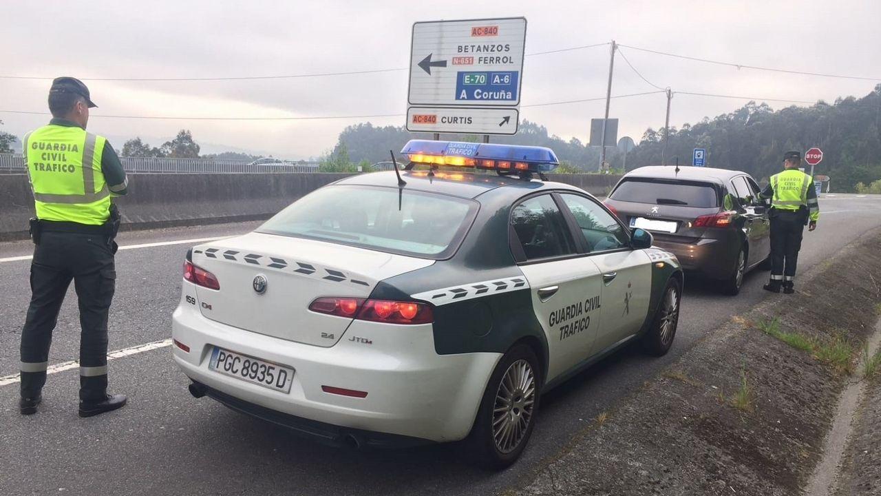 Control de la Guardia Civil de Tráfico en una carretera gallega