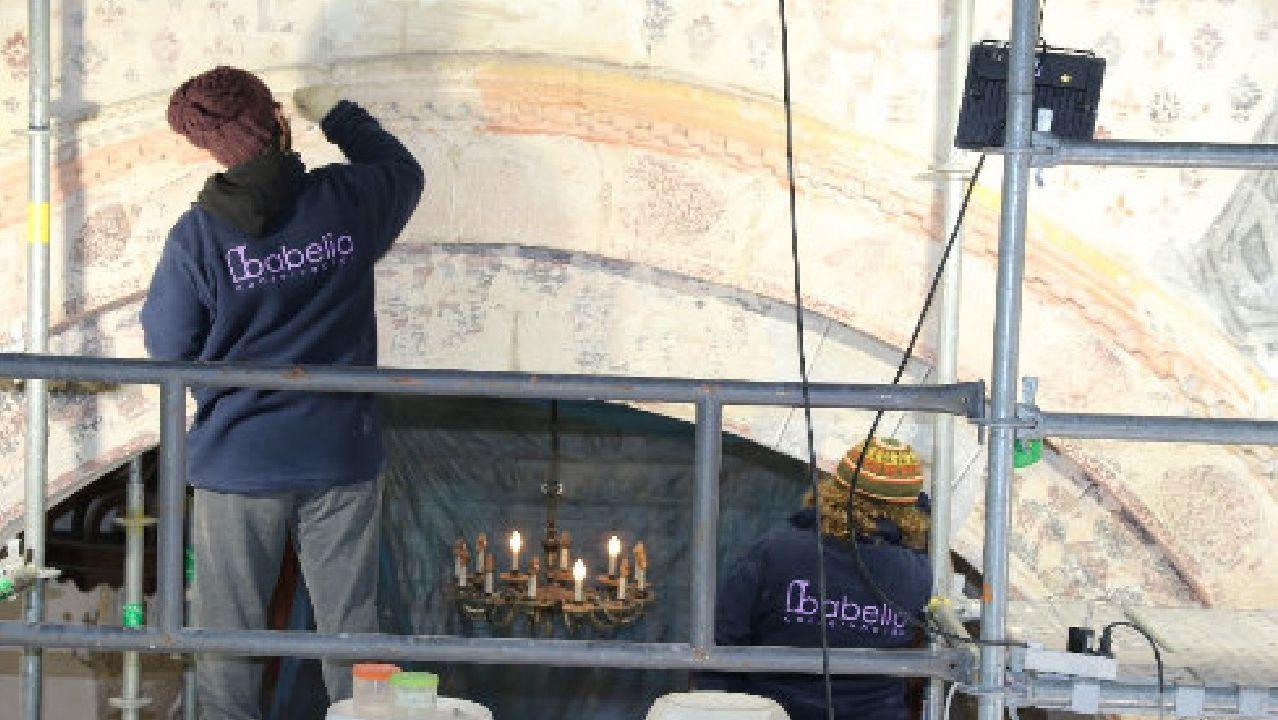Un aspecto de la restauración de las pinturas murales de la iglesia de Pinol, que ha quedado interrumpida a causa de la alarma sanitaria
