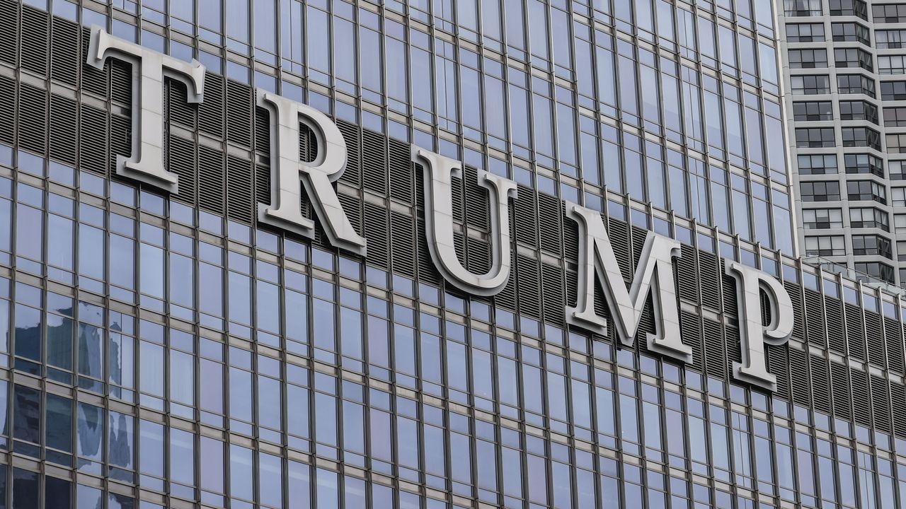 Logotipo del emporio empresarial de Trump en la fachada de su hotel de Chicago