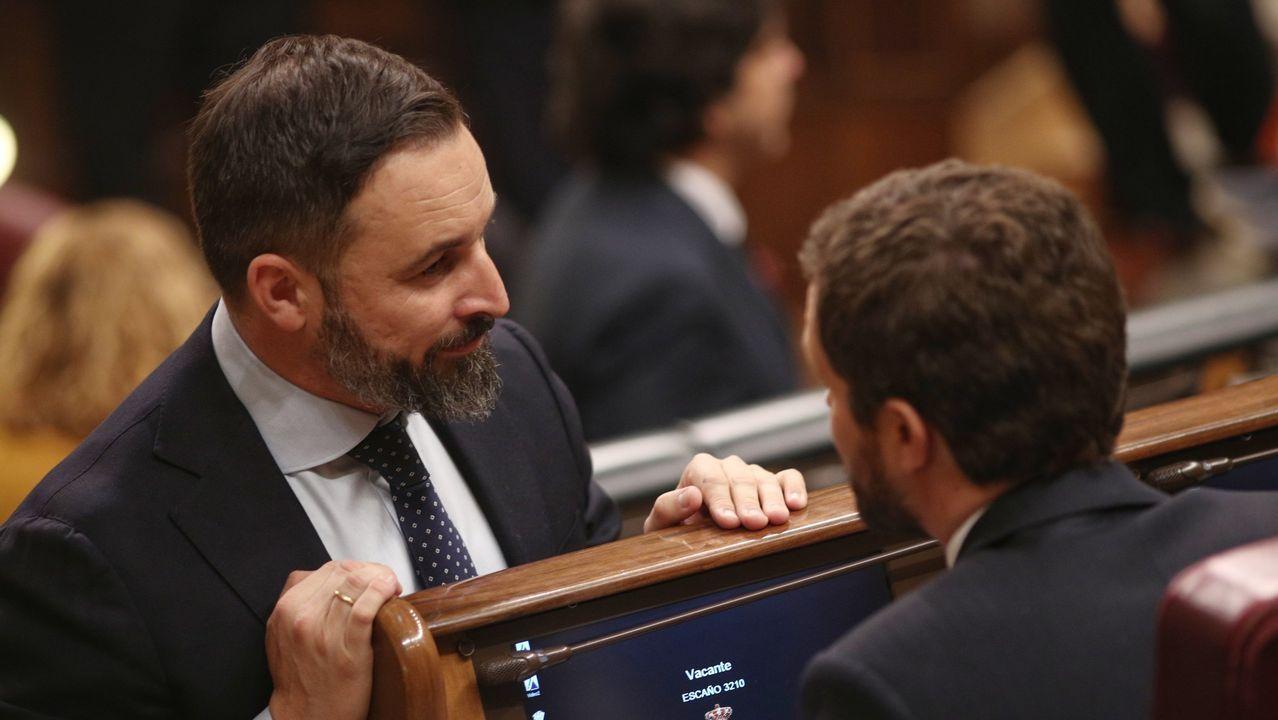 Abascal: «Tendremos que elegir entre pensiones o 17 parlamentos autonómicos».Santiago Abascal y Pablo Casado, este martes, durante la sesión constitutiva del Congreso de los Diputados