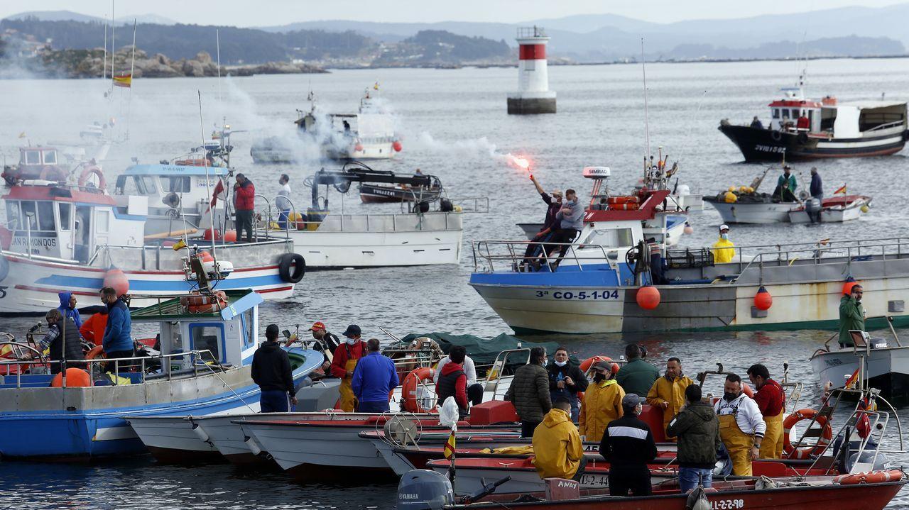 Concentración de la flota de bajura de Ribeira, Aguiño, A Pobra, Cabo de Cruz y Palmeira en la dársena ribeirense, una de las muchas protestas contra el Reglamento de Control Pesquero que hubo en Galicia el 26 de marzo