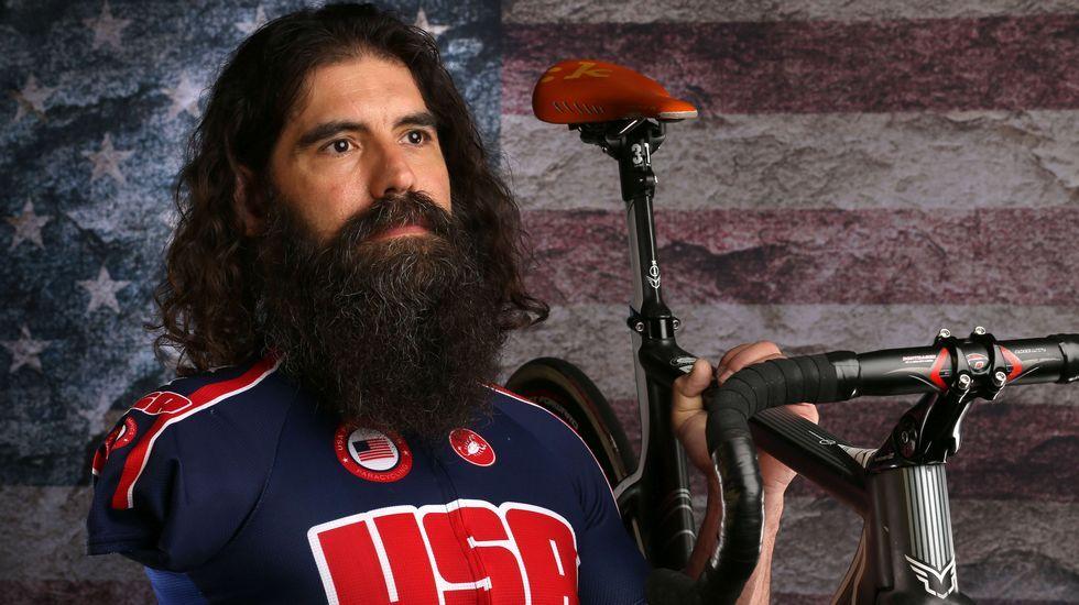 El ciclista paralímpico Joseph Berenyi muestra su bicicleta