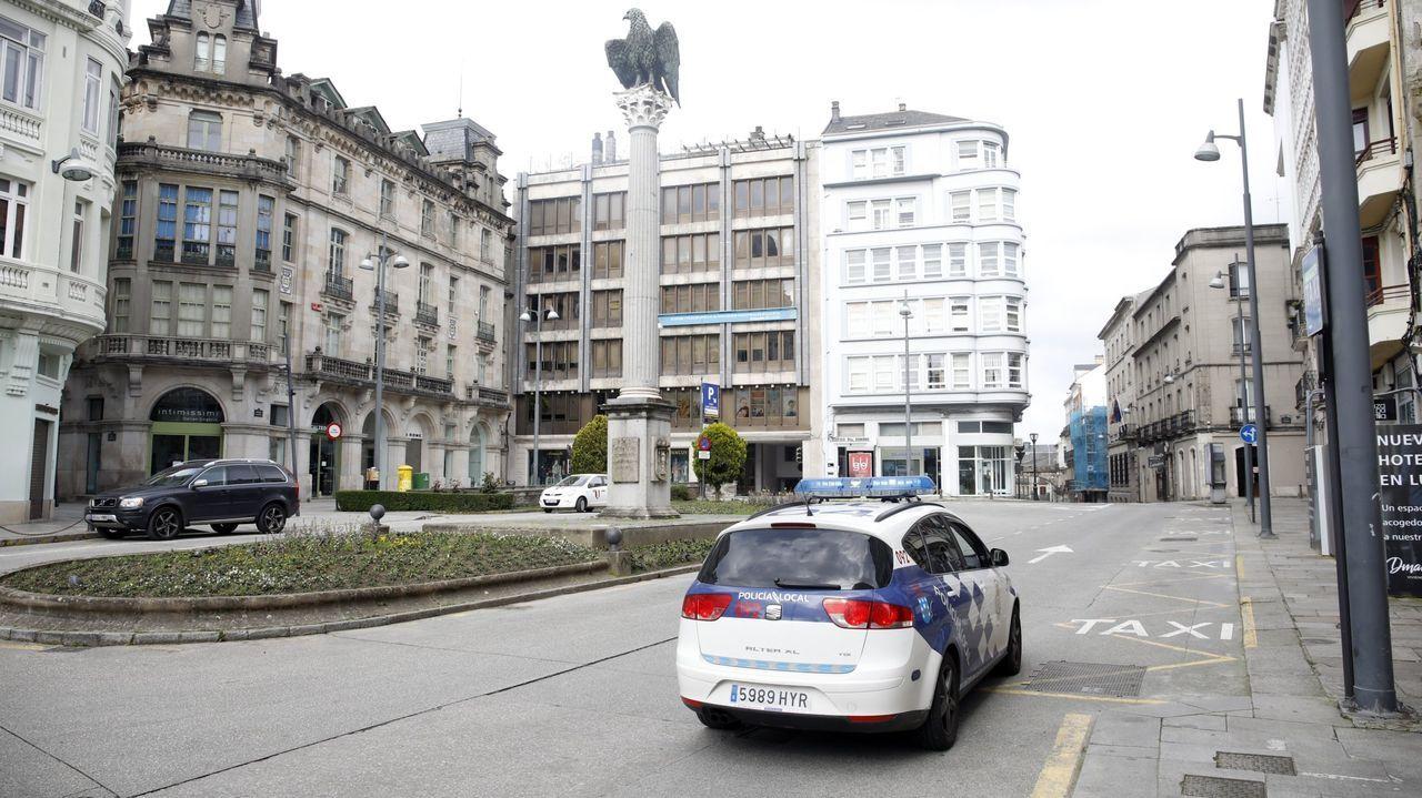 Así luce la peatonalizada Quiroga Ballesteros.Patrulla de la Policía Local en el centro de Lugo