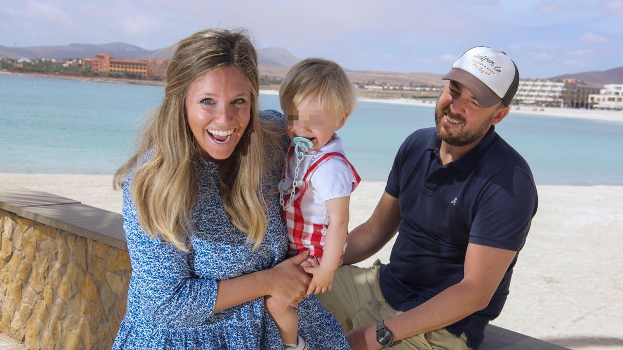 Peinador también desescala: llega el primer vuelo de Canarias.El pequeño Lucas, de apenas un año de edad, y sus padres, están en un hotel exclusivo para ellos en Fuerteventura