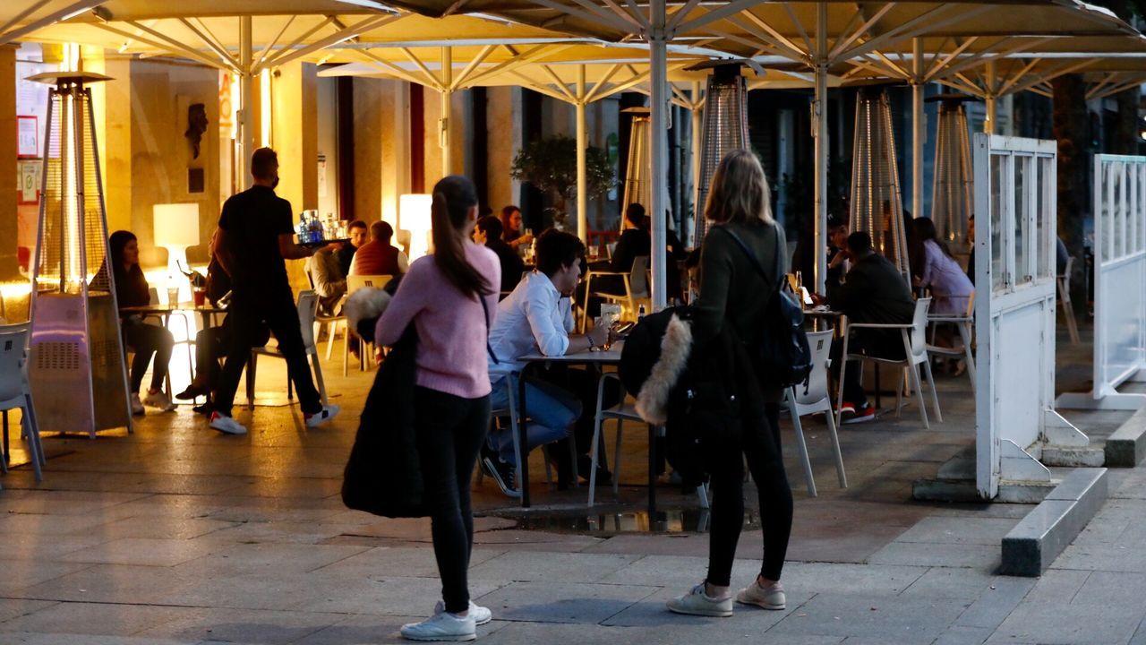 Pocas terrazas abiertas pero bien recibidas en Vigo.Roberto Covelo, en su establecimiento de la calle Venezuela de Vigo