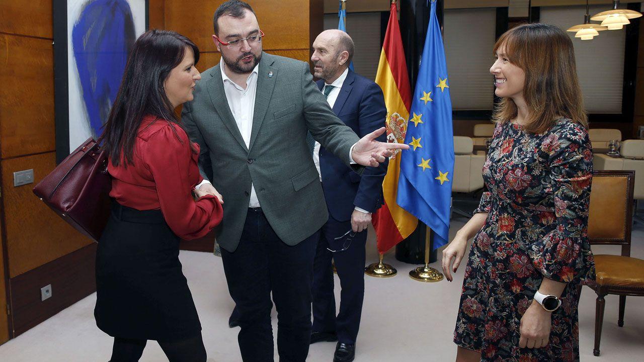 Adrián barbón presenta a la consejera de Hacienda, Ana Cárcaba, y a la portavoz de Ciudadanos, Laura Pérez. Macho, en presencia del vicepresidente del Principado, Juan Cofiño