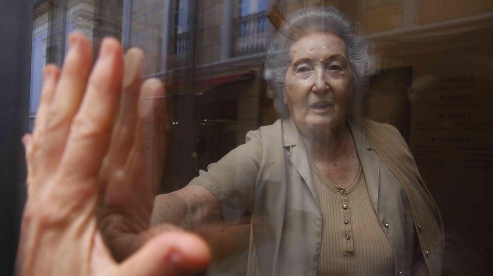Pilar García, que vive en la residencia Saraiva de Pontevedra, mantiene el optimismo pese a la vida tras el cristal que todavía impone la pandemia