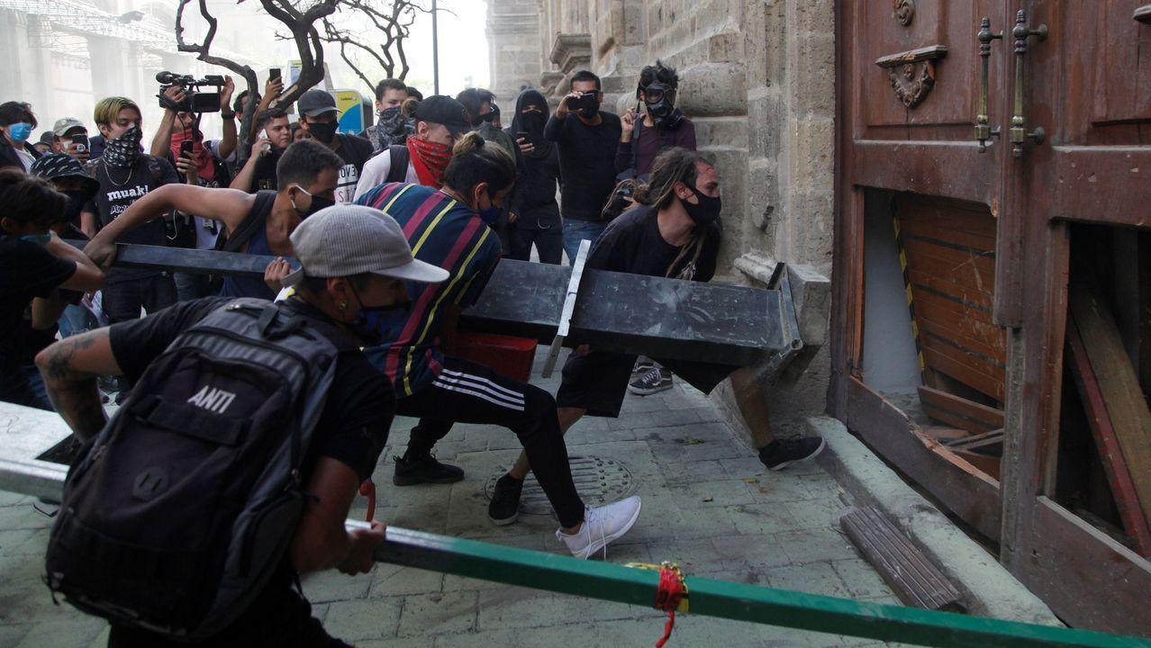 Manifestantes arremeten contra la puerta del palacio gubernamental de Jalisco