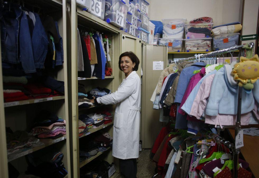 Comienza la campaña de la Renta 2014.María Jesús Saénz, en el ropero de Cáritas que viste a centenares de familias necesitadas.