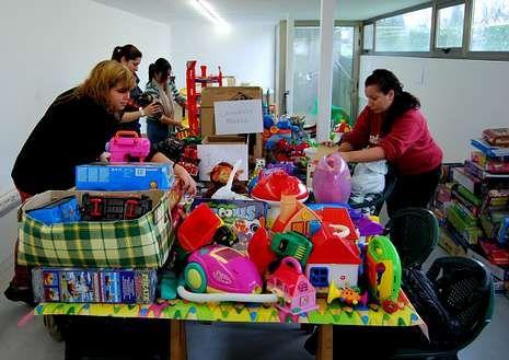 Personal del Concello clasificó y empaquetó los juguetes donados.