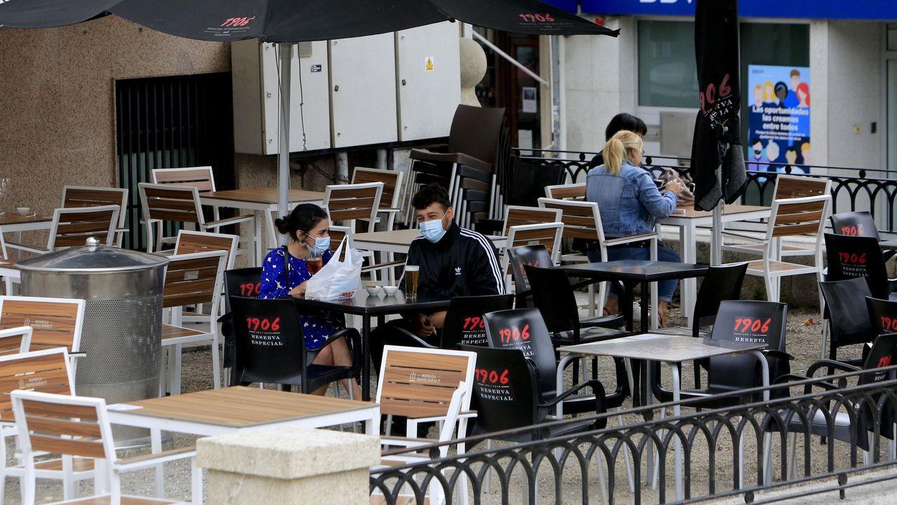 Clientes en una terraza de la alameda de Vilalba este domingo