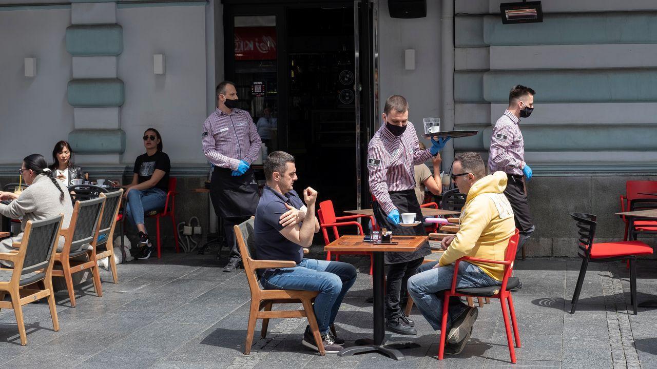 Los camareros serbios utilizan máscaras faciales