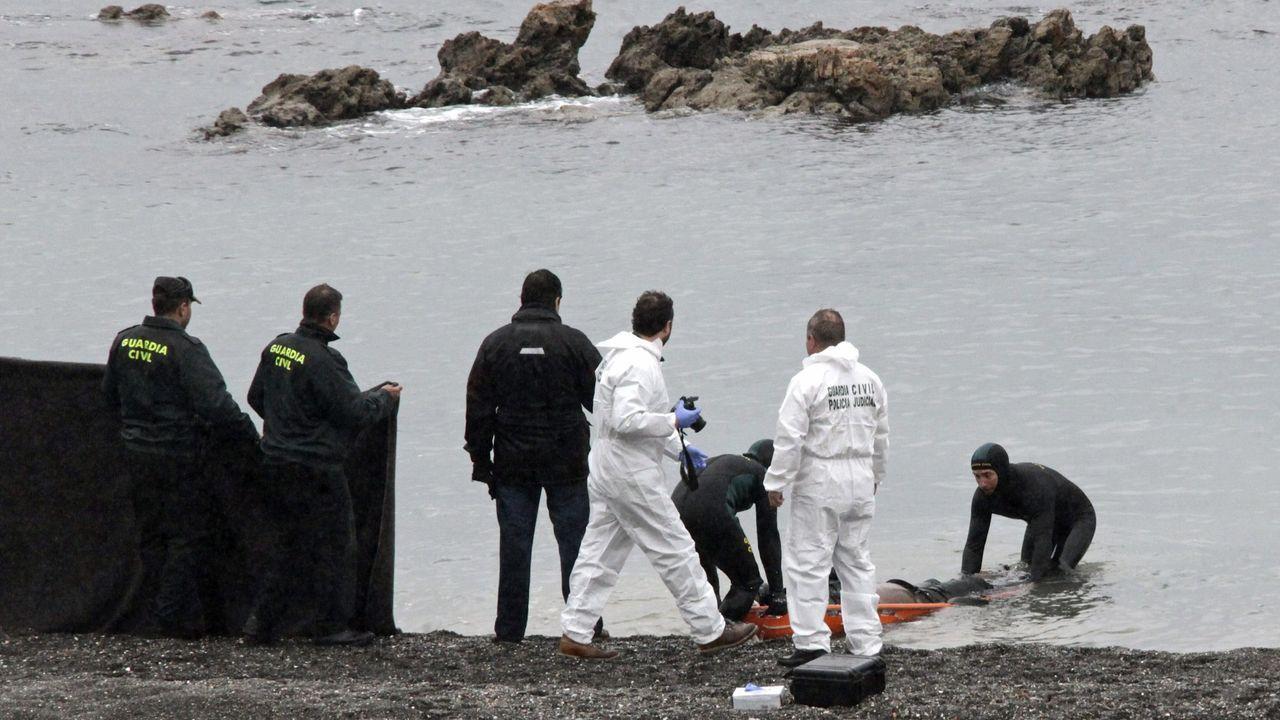 La Guardia Civil recupera el cadáver de uno de los quince inmigrantes fallecidos en el asalto masivo a la frontera del Tarajal en febrero del 2014