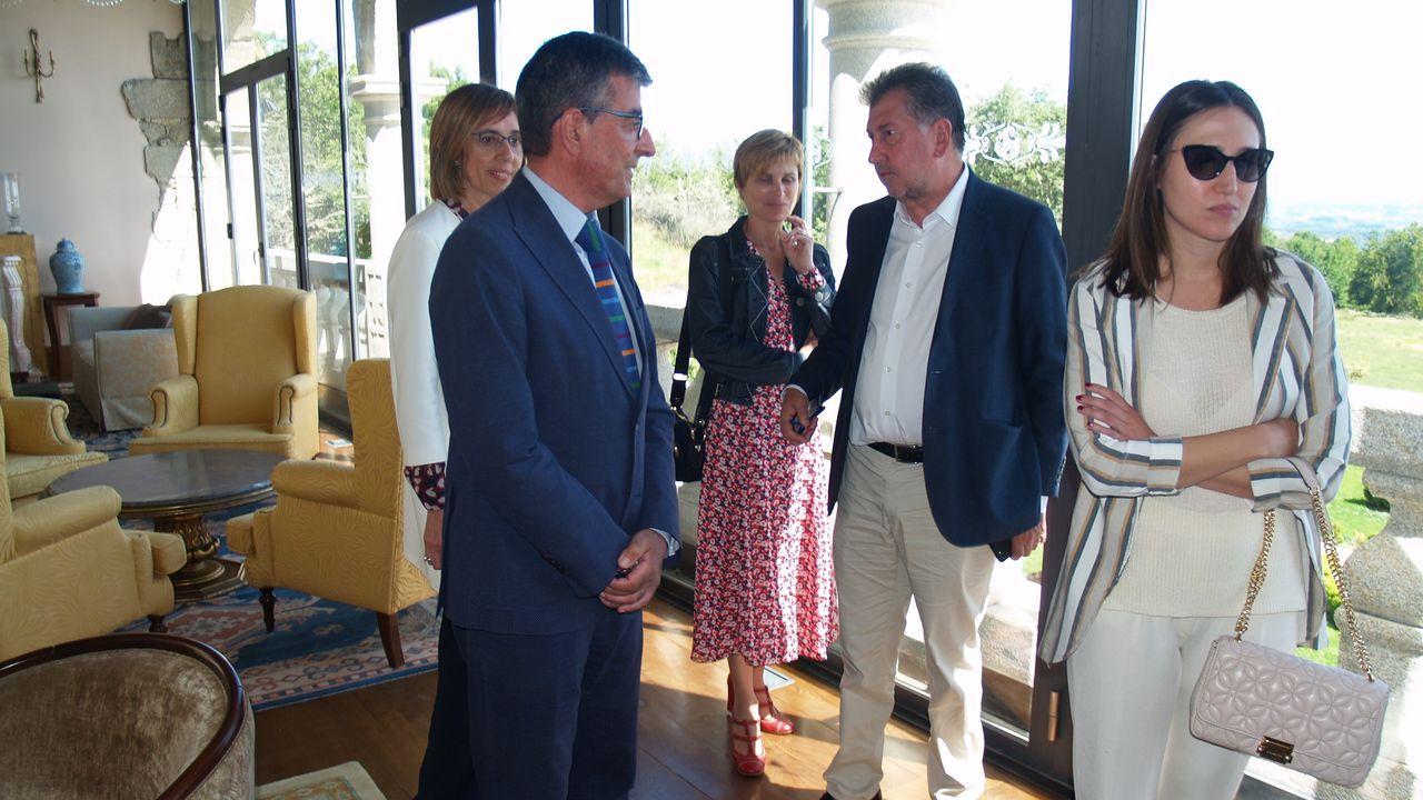 El presidente del grupo Hotusa, Amancio López Seijas (en el centro de la imagen) con Nava Castro y el alcalde de Sober durante el recorrido por las instalaciones del hotel