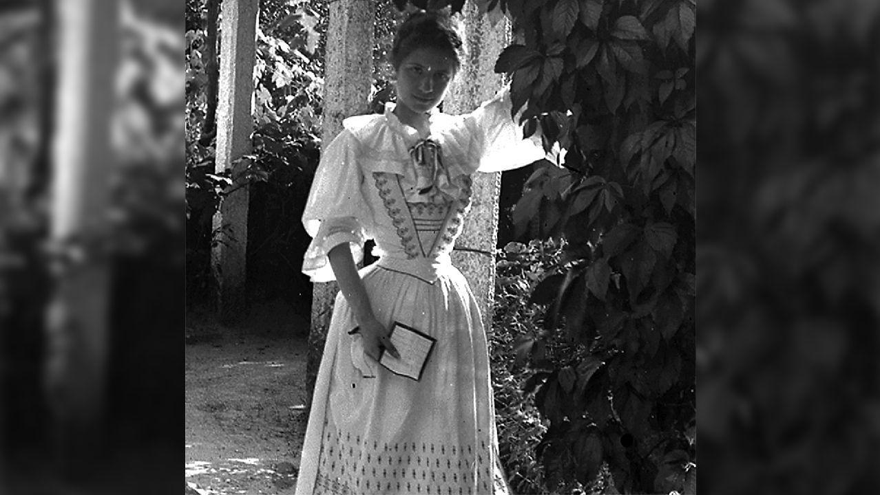 Marcha nórdica para entrenar cuerpo, mente y alma.Fotografia de María Vinyals, aínda moza, nos arredores do castelo
