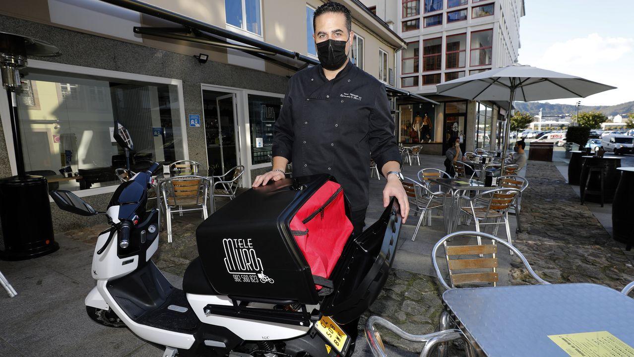 En el interior del Cetim.Víctor Valenzuela, con la moto eléctrica que desde el 3 de noviembre repartirá comida a domicilio