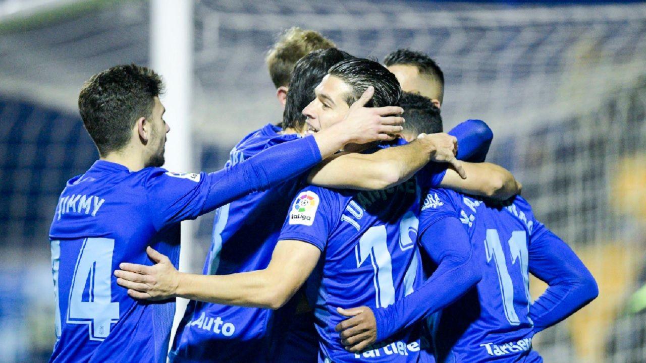 Los futbolistas azules celebran el primer tanto de Yoel Bárcenas ante el Alcorcón