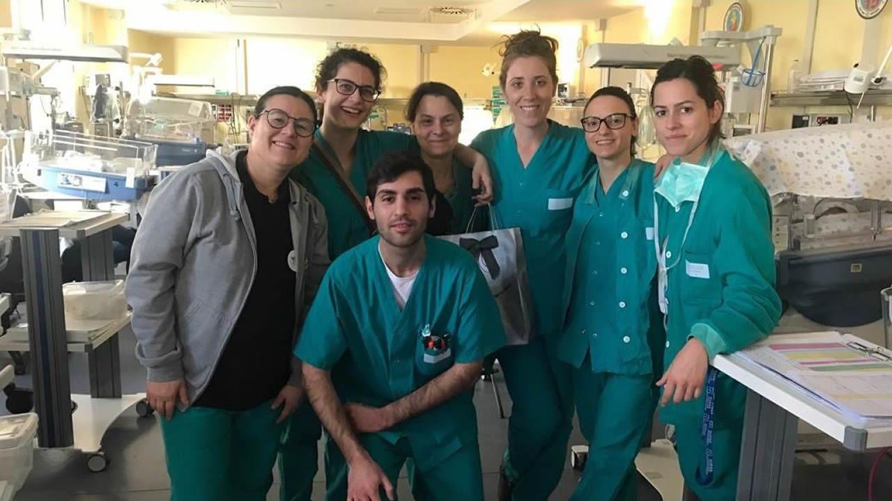 ÁLBUM: Primer lunes laboral tras el anuncio del Estado de Alarma.María Somoza lleva 16 años viviendo en la costa oeste del mar Adriático, es enfermera y fue la primera de su promoción. En la imagen, a la izquierda de una fotografía en la que posa con sus compañeros en dependencias de la unidad de neonatología del hospital de Marcas