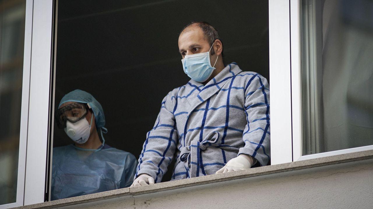 Un policía ourensano recibe el alta médica después de 40 días luchando contra el coronavirus.El cambio de turno de Andrea y Ana. Las dos, que trabajan en las Urgencias del CHUO, coincidían este miércoles. Andrea, a la izquierda, tiene a sus hijos en Cartelle. Ana, a la derecha, en Lobios