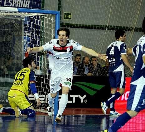 Alan Brandi celebra un gol ante el Ríos Renovables.