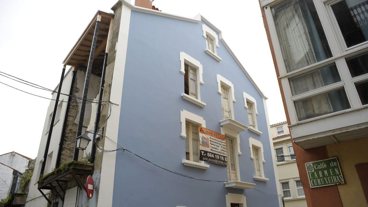 El edificio tiene acceso por la calle Benito Vicetto y por la calle Carmen Curuxeiras, desde donde se tomó esta imagen