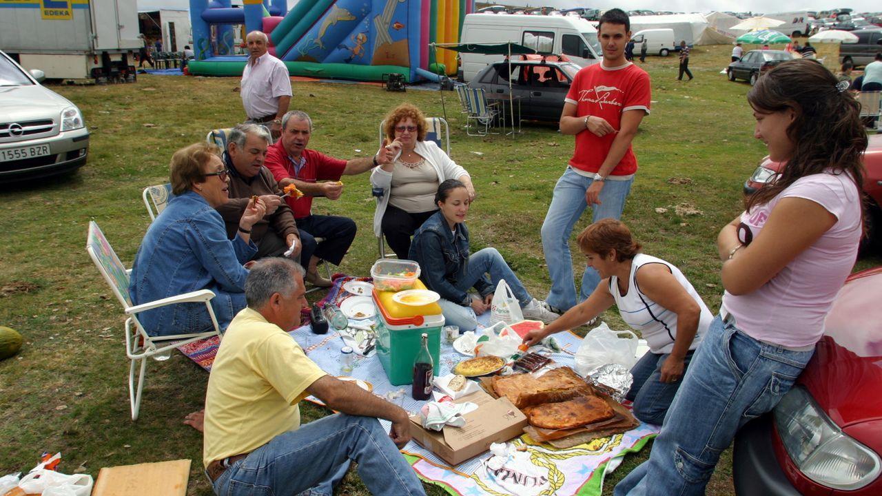 La Festa da Bica de Trives recupera la tradición de comer en Cabeza Grande.