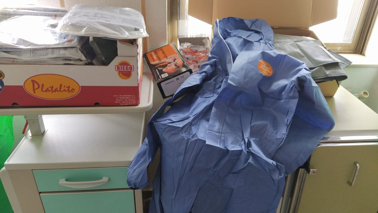 Una parte del material donado al hospital comarcal por una empresa monfortina
