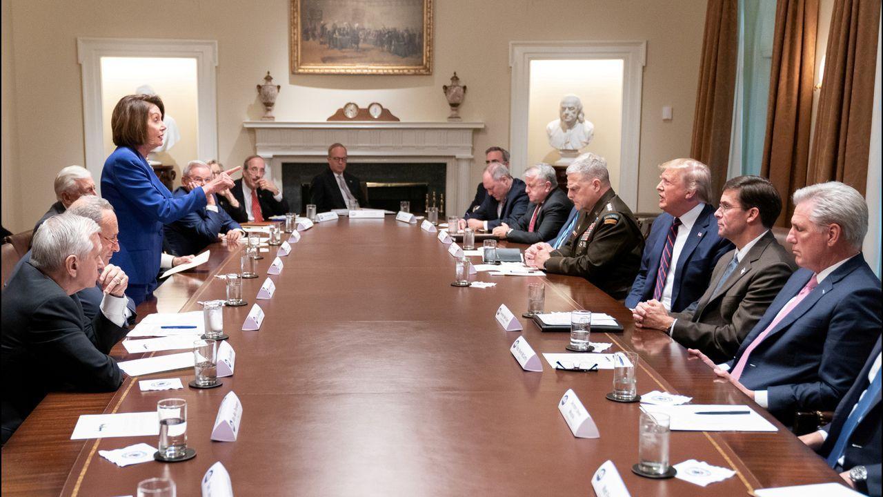 Trump llamó en Twitter «enferma» a Pelosi y publicó una fotografía de ella de pie y señalándole en la Casa Blanca, a lo que la dirigente demócrata reaccionó colocando esa instantánea en la portada de su perfil en esa red social