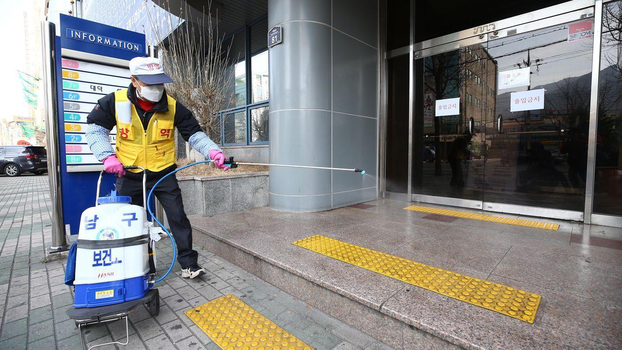 Colas para comprar comida en las zonas afectadas por el coronavirus en Italia.Un operario desinfectando la iglesia de Corea del Sur