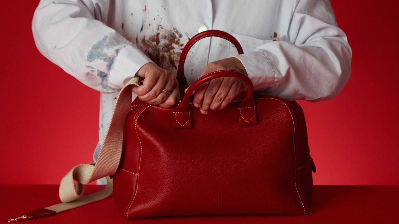Los bolsos de CH Carolina Herrera se fabrican íntegramente en la planta de Textil Lonia en Ourense