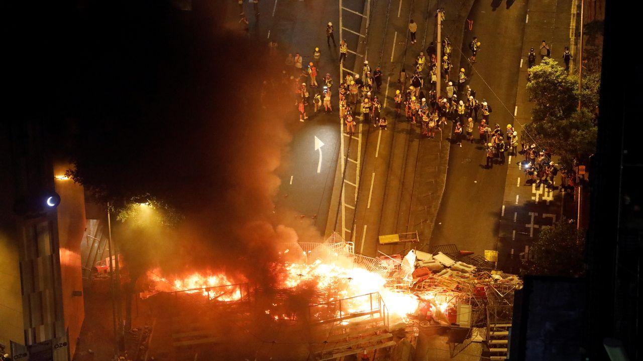 El humo envuelve una calle después de que manifestantes incendiaran una barricada durante la protesta en Hong Kong