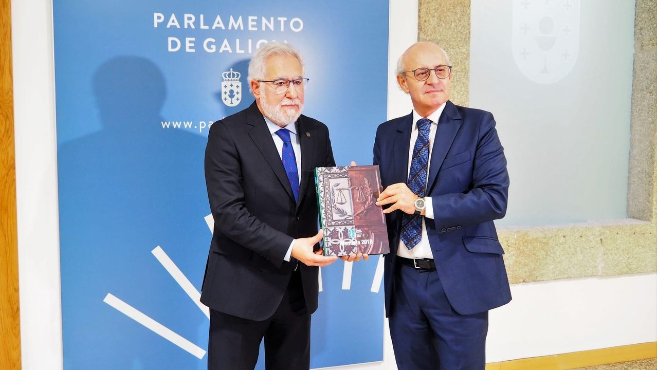 El presidente del Parlamento, Miguel Santalices, recibe la memoria de la Fiscalía gallega de manos del fiscal superior, Fernando Suanzes