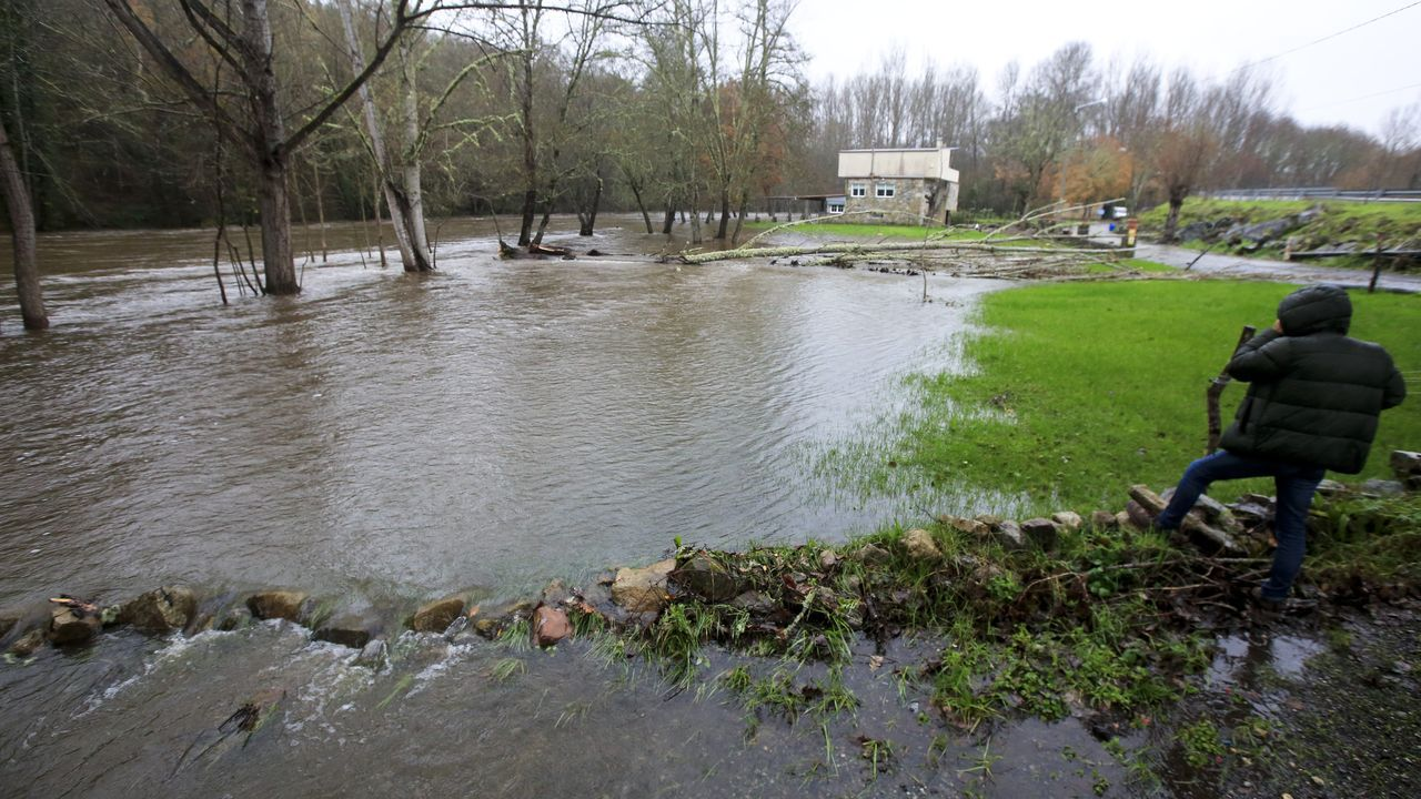 La lluvia de los últimos días inunda zonas de la ribera en Canabal, en el municipio lucense de Sober