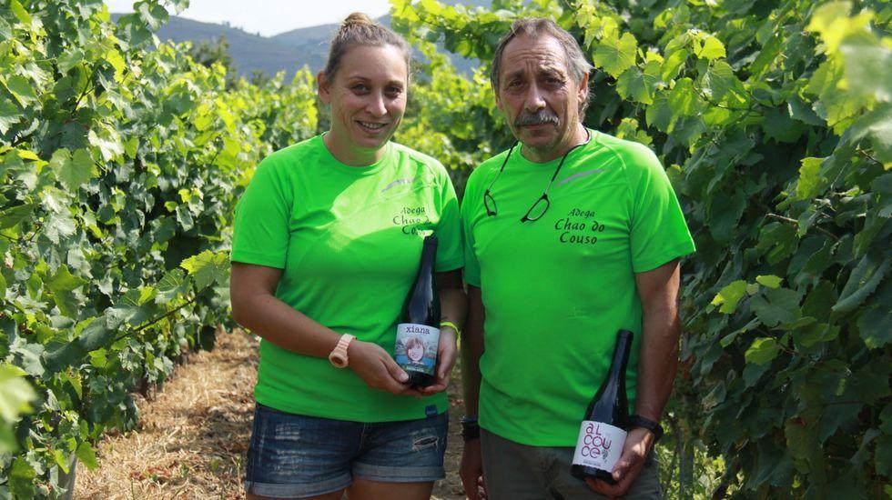 Chantada presume de vinos.Xiana Domínguez, junto a su padre, el viticultor Pío Domínguez, en un viñedo de la bodega