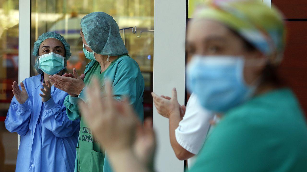 El uso de mascarillas será obligatorio tras el estado de alarma.Aplauso a los sanitarios del Hospital de O Salnés hace unas semanas