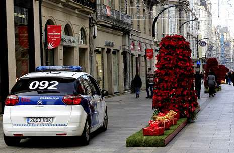 La vigilancia policial de las cajas que simulan regalos navideños es constante todo el día.