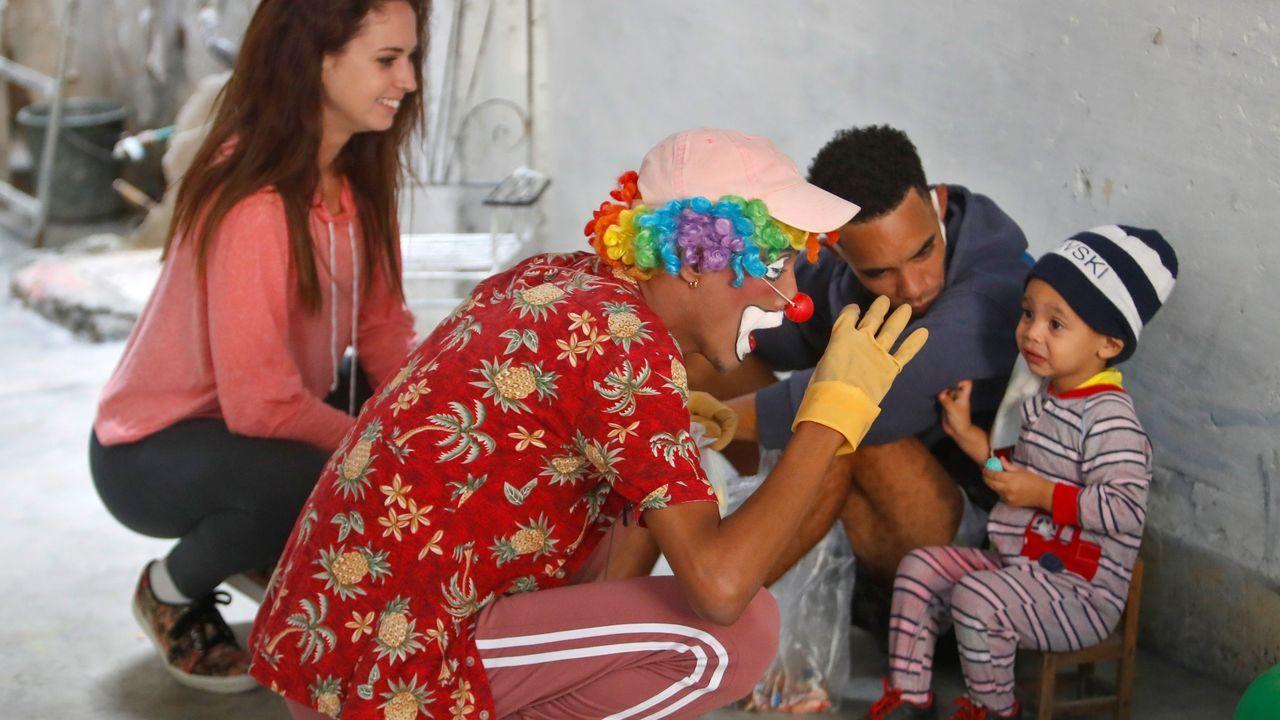Luis Manuel Otero Alcántara aparece junto a un niño al que intenta hacer reir un payaso, en la fiesta infantil antes de su detención