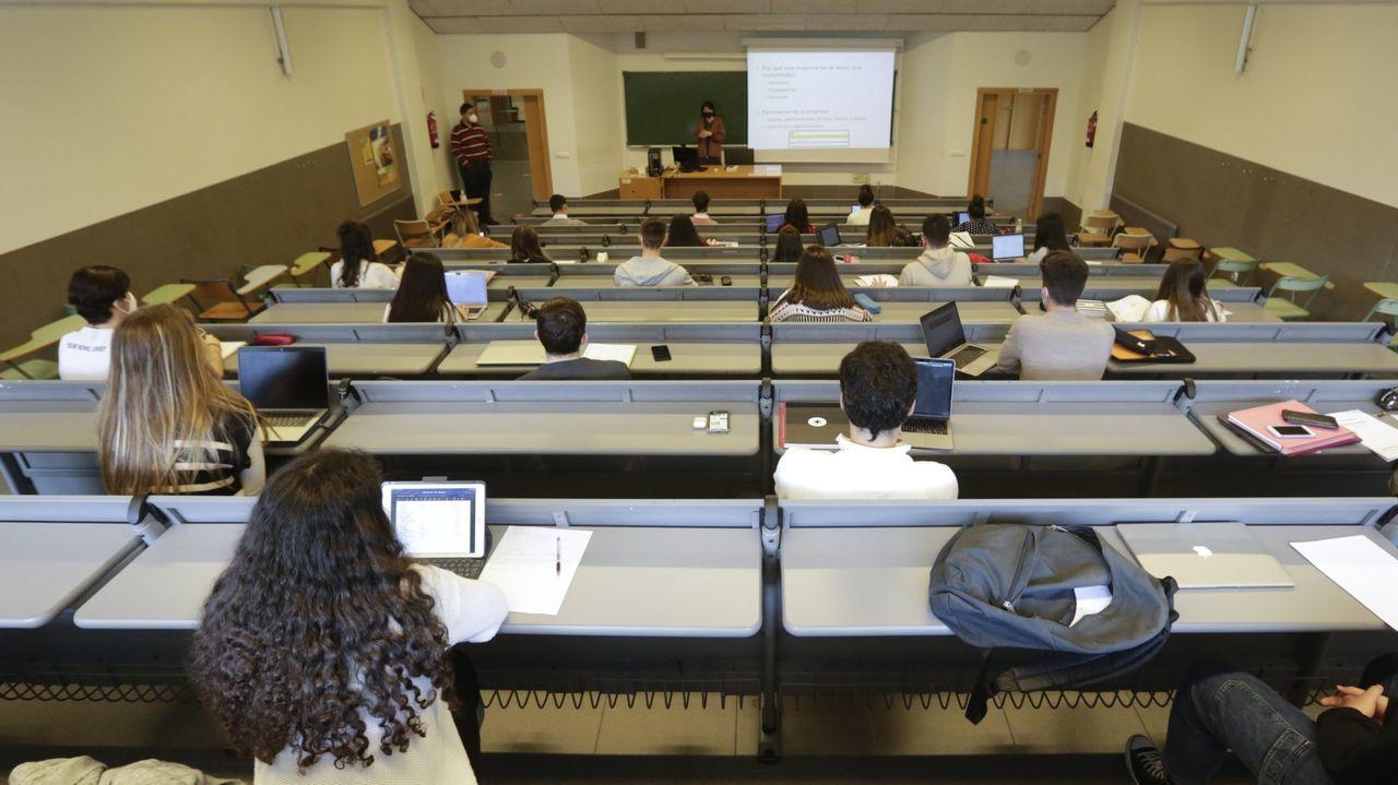 Estudiantes repasando antes de un examen de la ABAU en Santiago