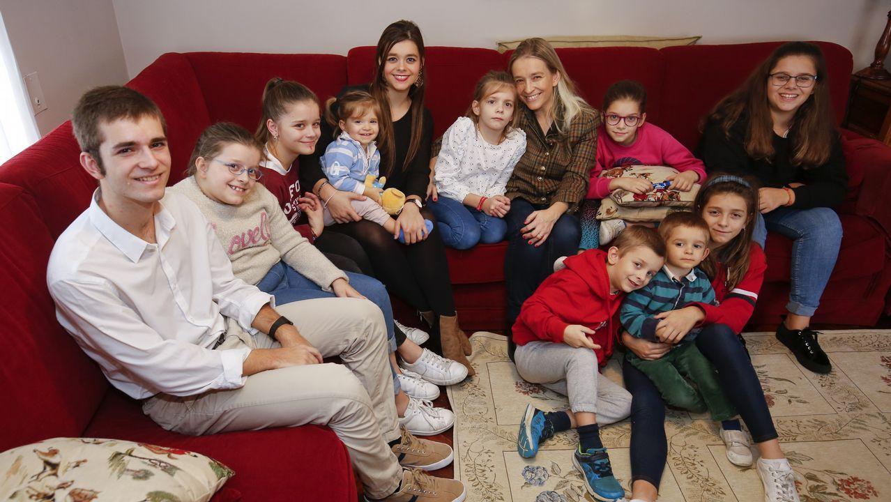 La ferrolana Mar Dorrio y 11 de sus 12 hijos. Tiene 42 años y ha renunciado a trabajar fuera de casa para cuidar a su prole